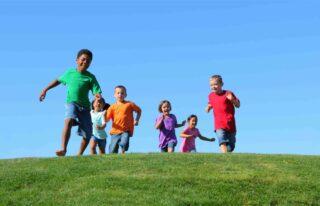 Kinderen spelen op een grasveld